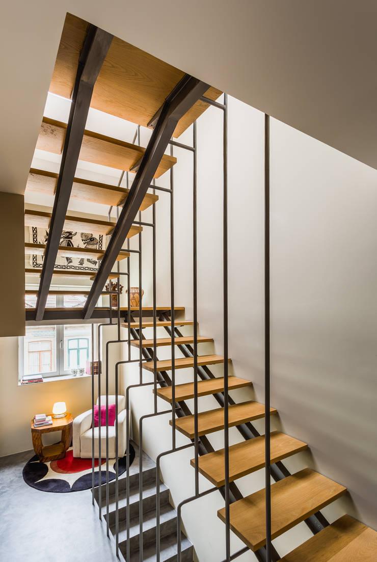 Casa DO_1: Corredores e halls de entrada  por XYZ Arquitectos Associados
