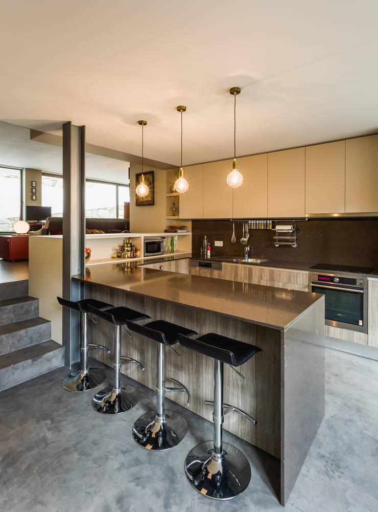 Casa DO_3: Cozinhas modernas por XYZ Arquitectos Associados