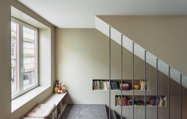 Pasillos y recibidores de estilo  por XYZ Arquitectos Associados
