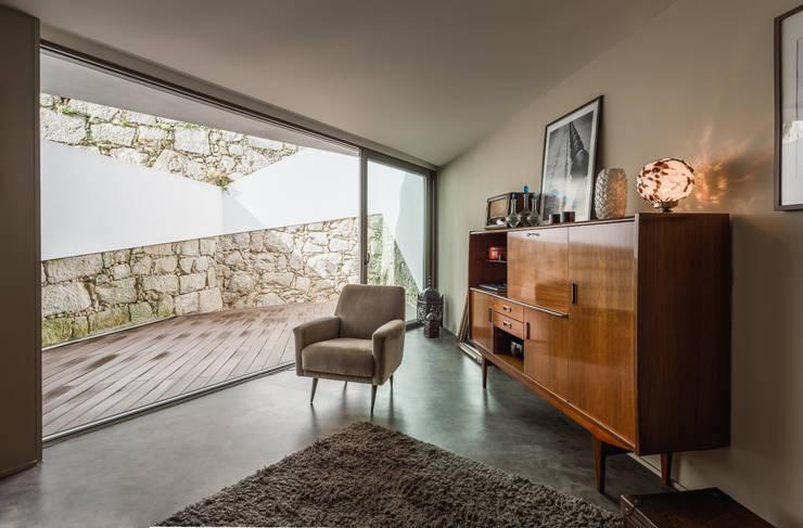 Casa DO_7: Salas de estar modernas por XYZ Arquitectos Associados