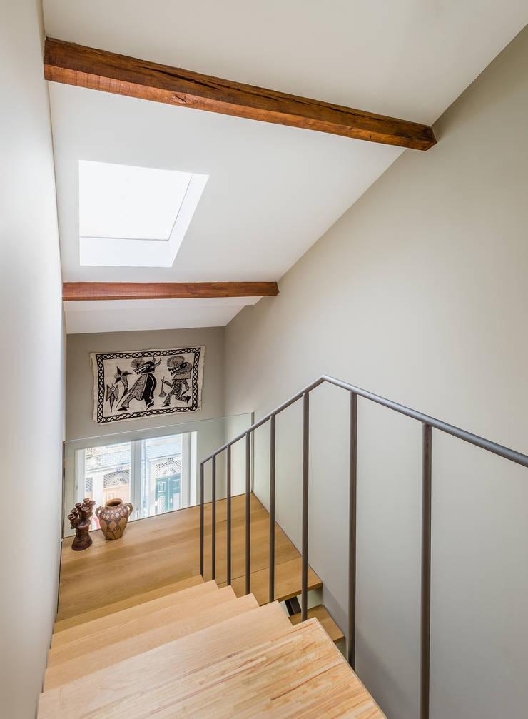 Casa DO_8: Corredores e halls de entrada  por XYZ Arquitectos Associados