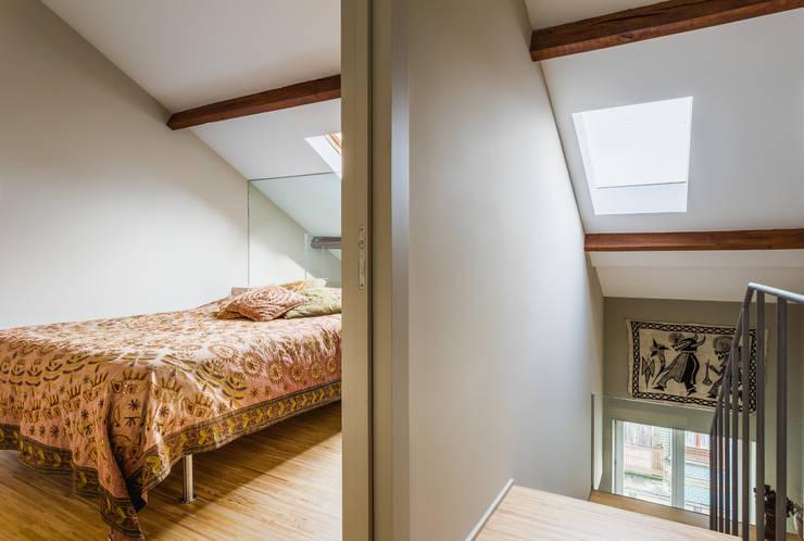 Casa DO_9: Quartos modernos por XYZ Arquitectos Associados