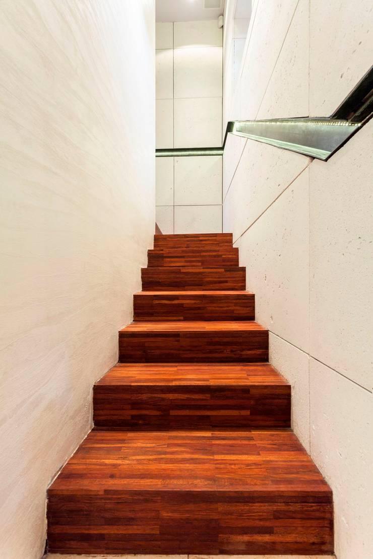 Klatka schodowa, wejście do firmy.: styl , w kategorii Korytarz, przedpokój zaprojektowany przez Venturi Home Solutions