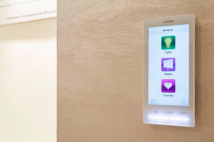 Panel sterujący oświetleniem LUTRON: styl , w kategorii Domowe biuro i gabinet zaprojektowany przez Venturi Home Solutions