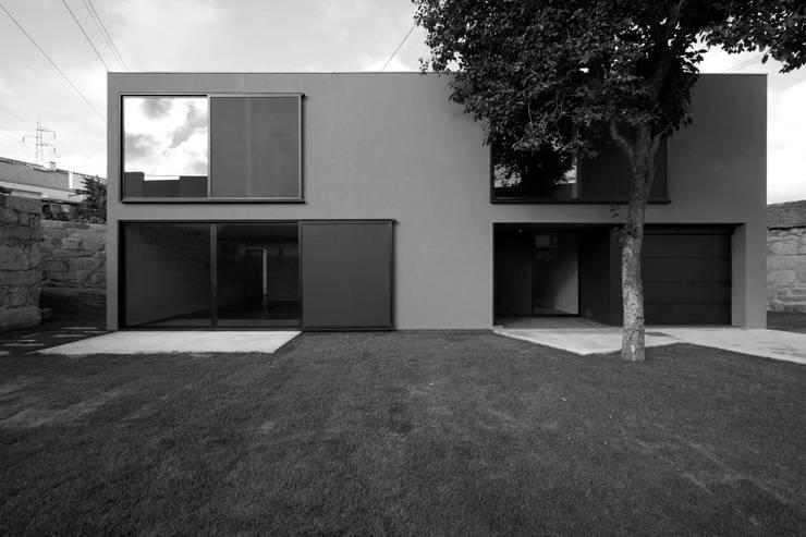 Casa na Maia I: Casas  por André Campos . Joana Mendes - Arquitectos ,Minimalista