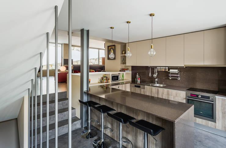 Casa DO_16: Cozinhas  por XYZ Arquitectos Associados