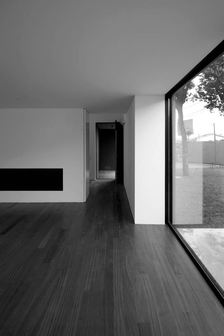 Casa na Maia I: Salas de estar  por André Campos . Joana Mendes - Arquitectos ,Minimalista