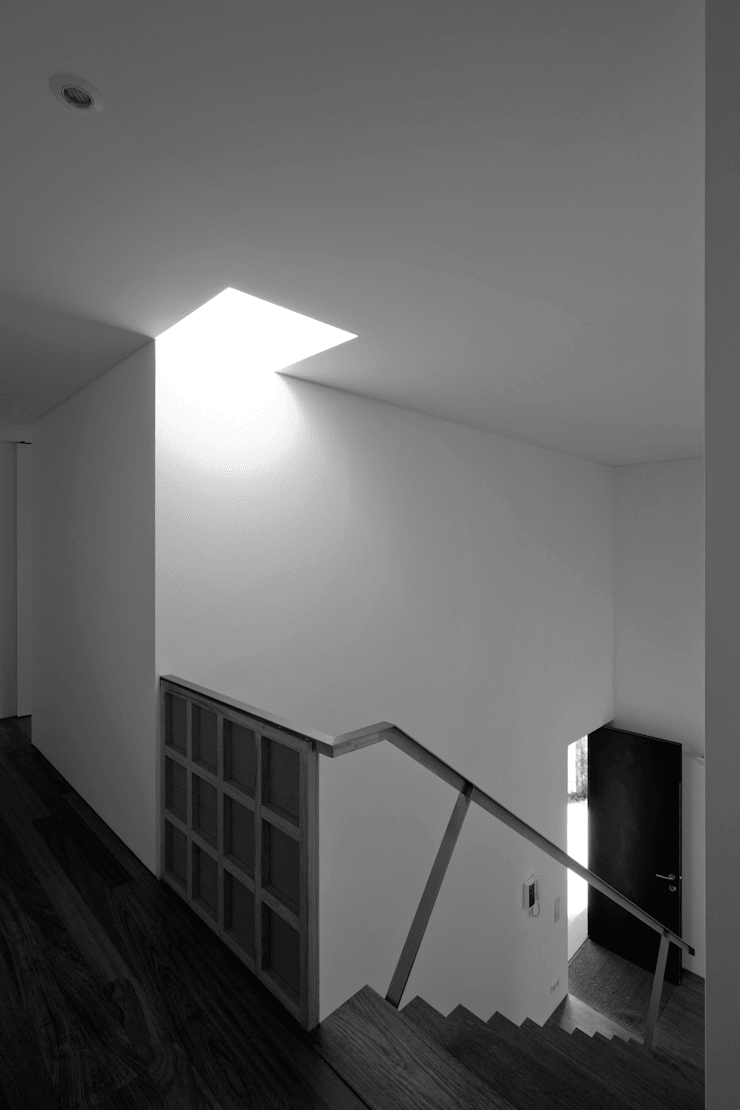 Casa na Maia I: Corredores e halls de entrada  por André Campos . Joana Mendes - Arquitectos ,Minimalista