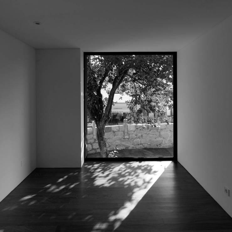 Casa na Maia I: Quartos  por André Campos . Joana Mendes - Arquitectos ,Minimalista