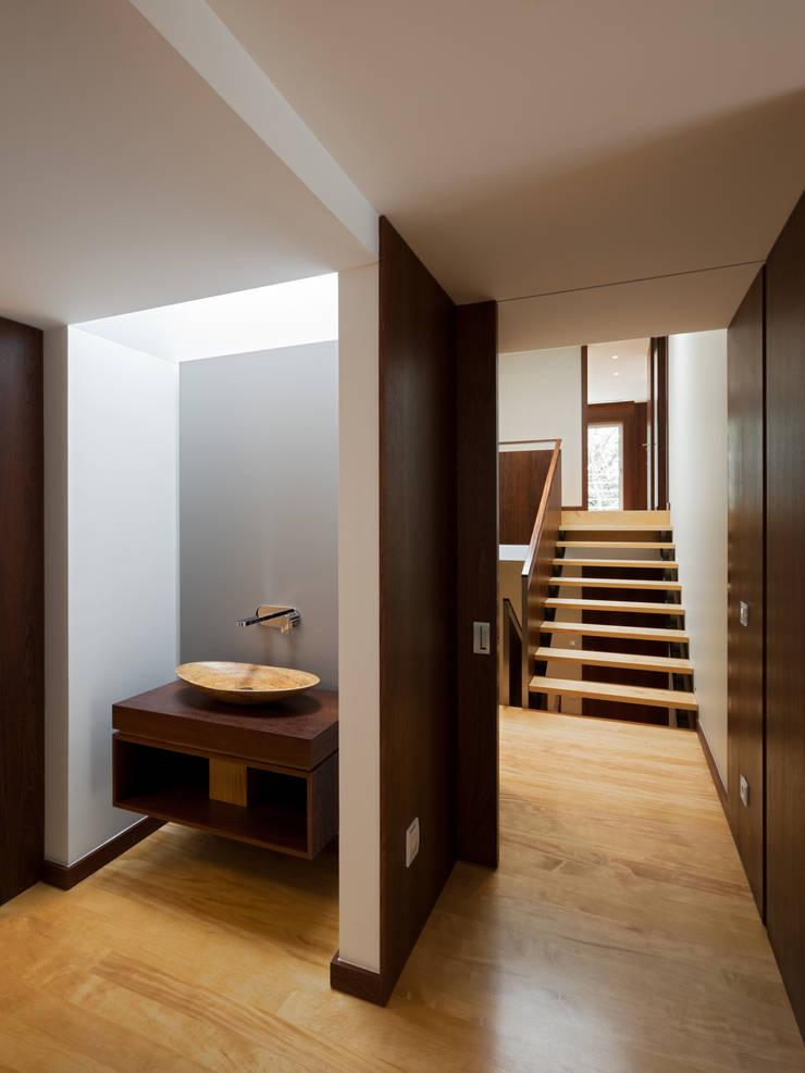 Casa AA_5: Corredores e halls de entrada  por XYZ Arquitectos Associados