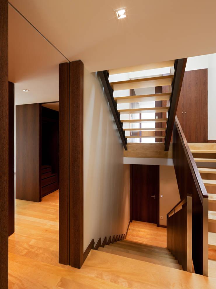 Casa AA_6: Corredores e halls de entrada  por XYZ Arquitectos Associados