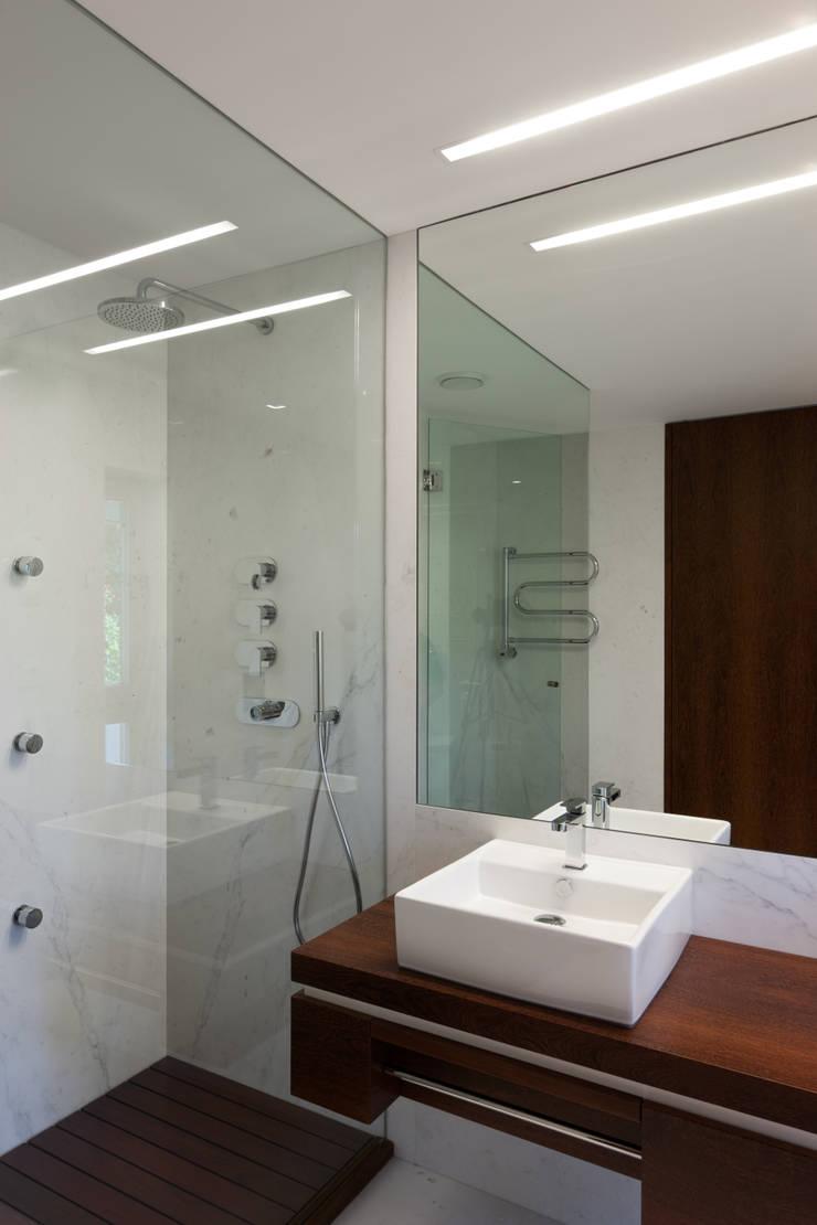 Casa AA_9: Casas de banho  por XYZ Arquitectos Associados