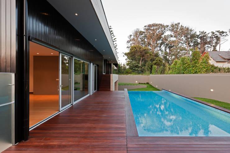 Casa AA_12: Piscinas modernas por XYZ Arquitectos Associados