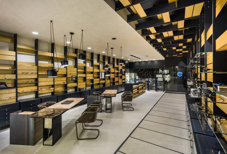 OMR_MTS2_5: Lojas e espaços comerciais  por XYZ Arquitectos Associados