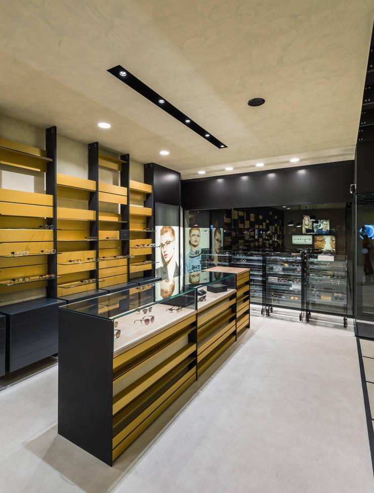 OMR_MTS2_7: Lojas e espaços comerciais  por XYZ Arquitectos Associados