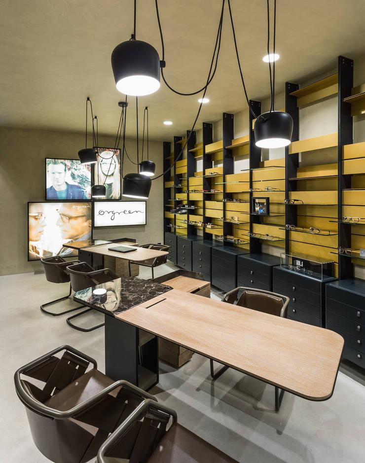 OMR_MTS2_8: Lojas e espaços comerciais  por XYZ Arquitectos Associados