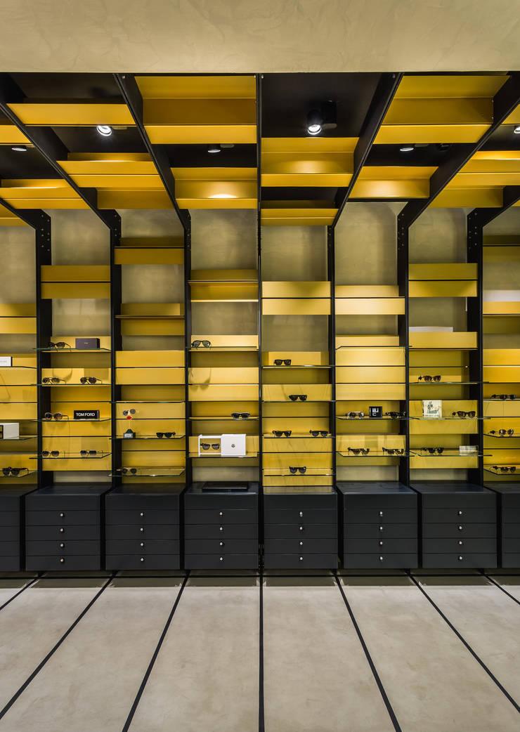 OMR_MTS2_10: Lojas e espaços comerciais  por XYZ Arquitectos Associados