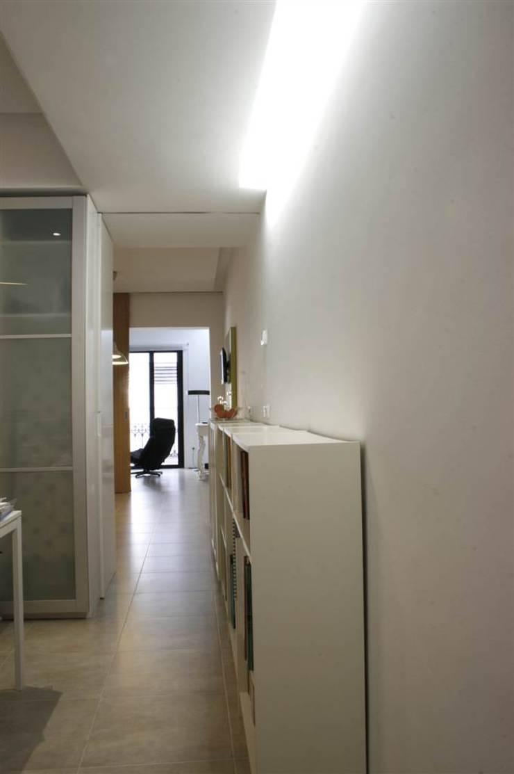 Vivienda pocos metros y bien distribuida: Pasillos y recibidores de estilo  por NAZAR Estudio