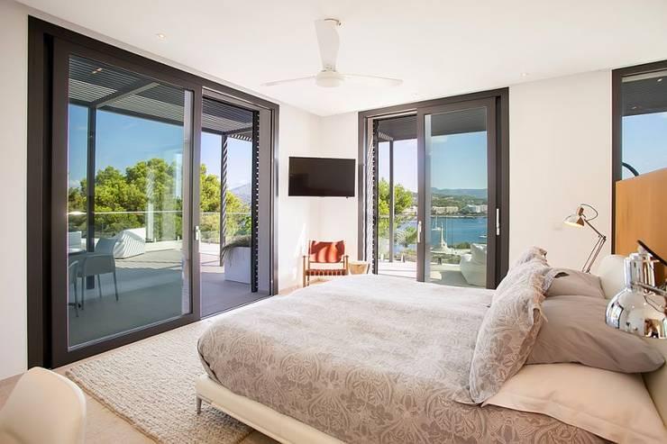 VIVIENDA: Dormitorios de estilo minimalista de ABAD Y COTONER, S.L.