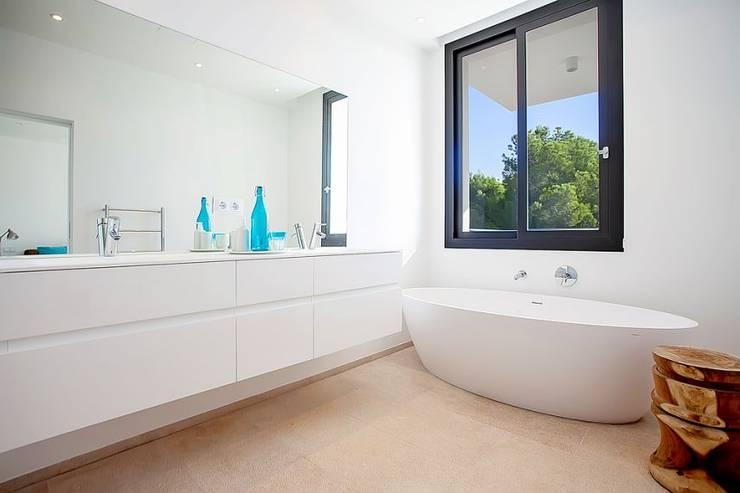 VIVIENDA: Baños de estilo minimalista de ABAD Y COTONER, S.L.
