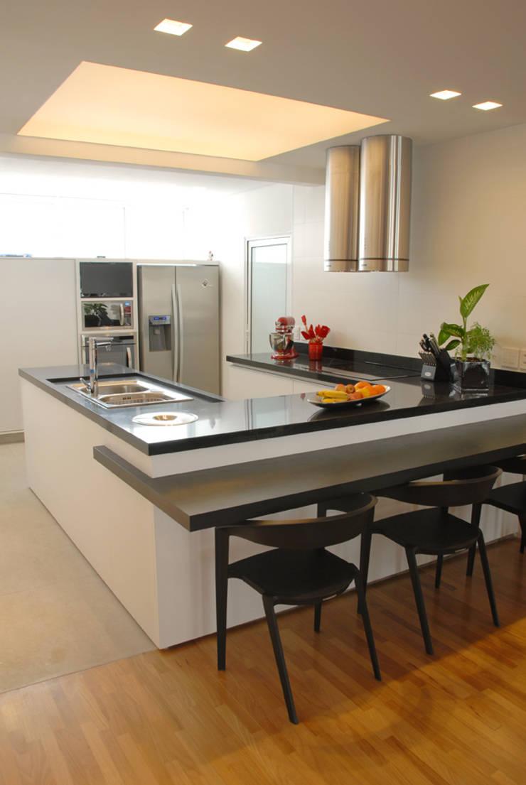 Cozinha 1: Cozinhas  por MONICA SPADA DURANTE ARQUITETURA