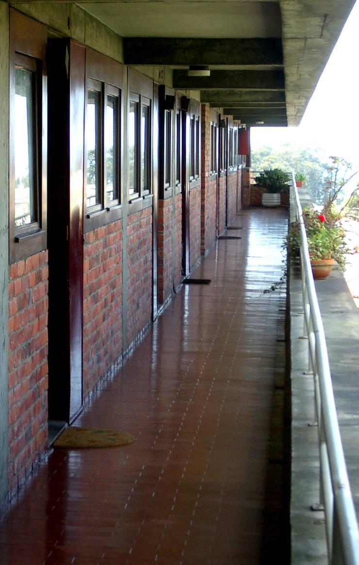 Galeria: Corredores e halls de entrada  por MANUEL CORREIA FERNANDES, ARQUITECTO E ASSOCIADOS
