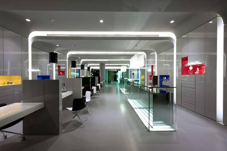OMR_MTS1_1: Lojas e espaços comerciais  por XYZ Arquitectos Associados