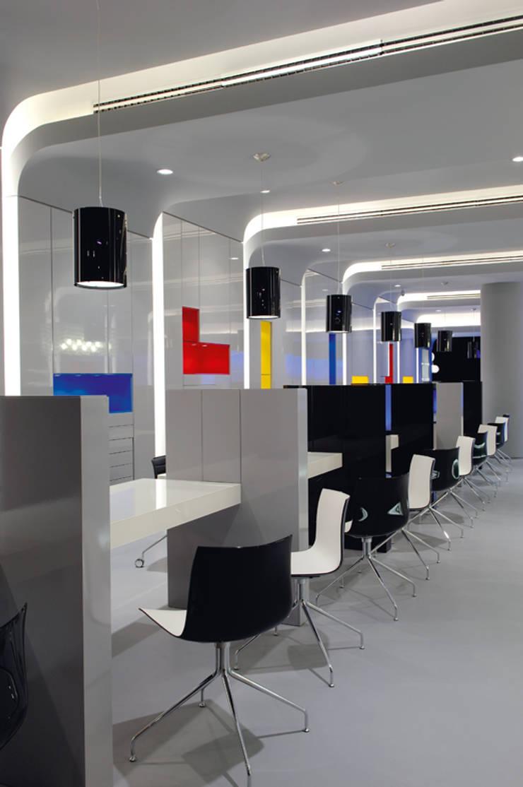 OMR_MTS1_2: Lojas e espaços comerciais  por XYZ Arquitectos Associados