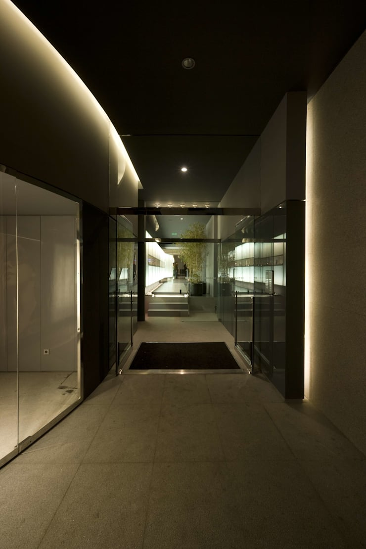 OMR_MTS1_3: Lojas e espaços comerciais  por XYZ Arquitectos Associados