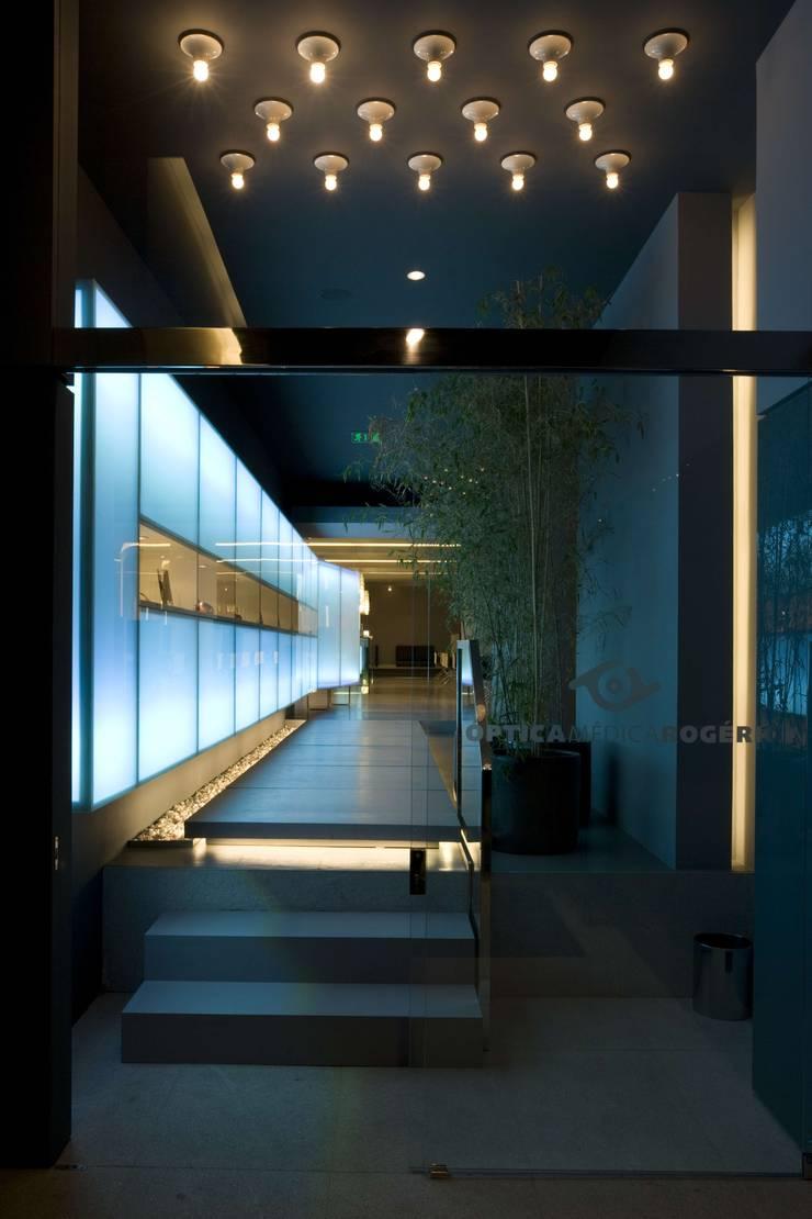OMR_MTS1_4: Lojas e espaços comerciais  por XYZ Arquitectos Associados