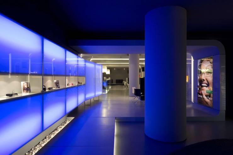 OMR_MTS1_5: Lojas e espaços comerciais  por XYZ Arquitectos Associados