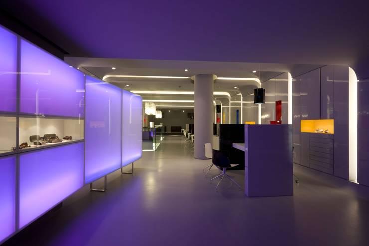 OMR_MTS1_6: Lojas e espaços comerciais  por XYZ Arquitectos Associados