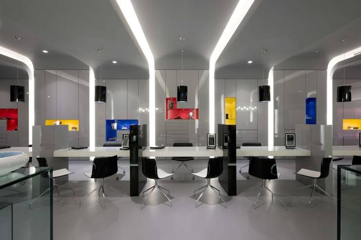 OMR_MTS1_7: Lojas e espaços comerciais  por XYZ Arquitectos Associados