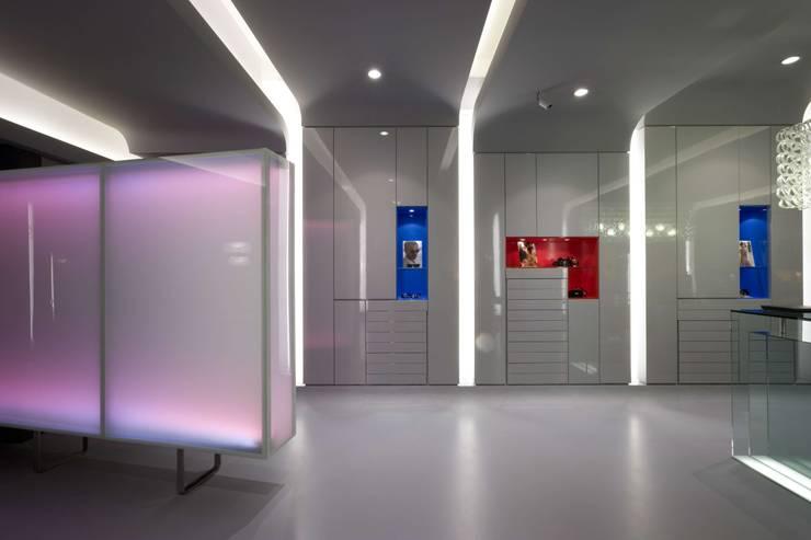 OMR_MTS1_8: Lojas e espaços comerciais  por XYZ Arquitectos Associados