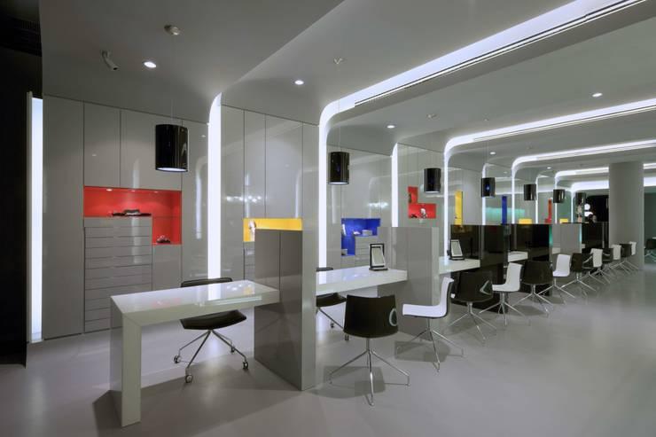 OMR_MTS1_9: Lojas e espaços comerciais  por XYZ Arquitectos Associados