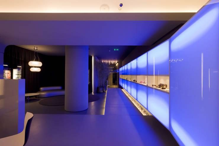 OMR_MTS1_10: Lojas e espaços comerciais  por XYZ Arquitectos Associados