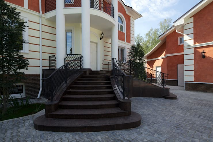 Фасад здания и крыльцо дома: Дома в . Автор – Бюро9 - Екатерина Ялалтынова