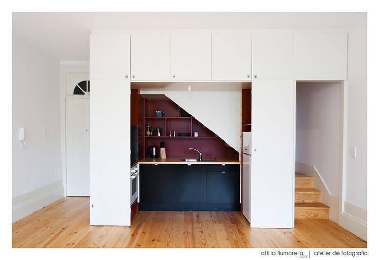 Casa do Pinheiro: Cozinhas modernas por BAAU - Bernardo Amaral Arquitectura+Urbanismo