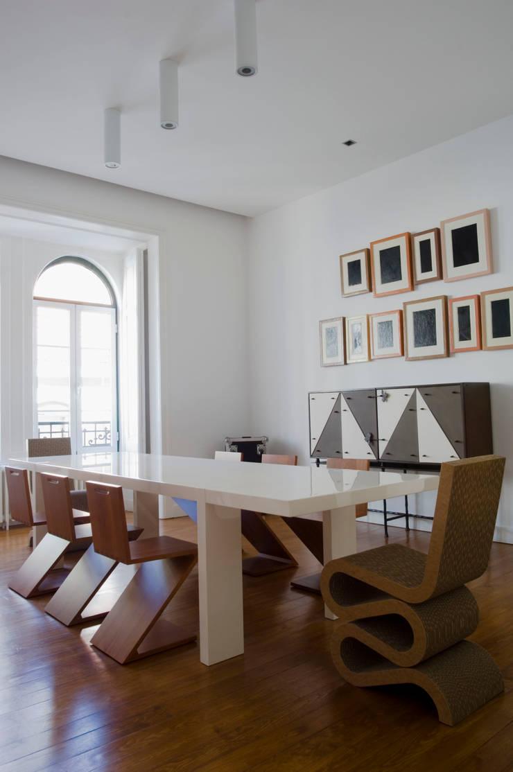 Casa JCSP_1: Salas de jantar  por XYZ Arquitectos Associados