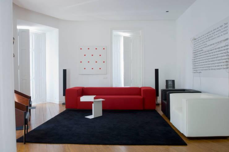 Casa JCSP_2: Salas de estar  por XYZ Arquitectos Associados