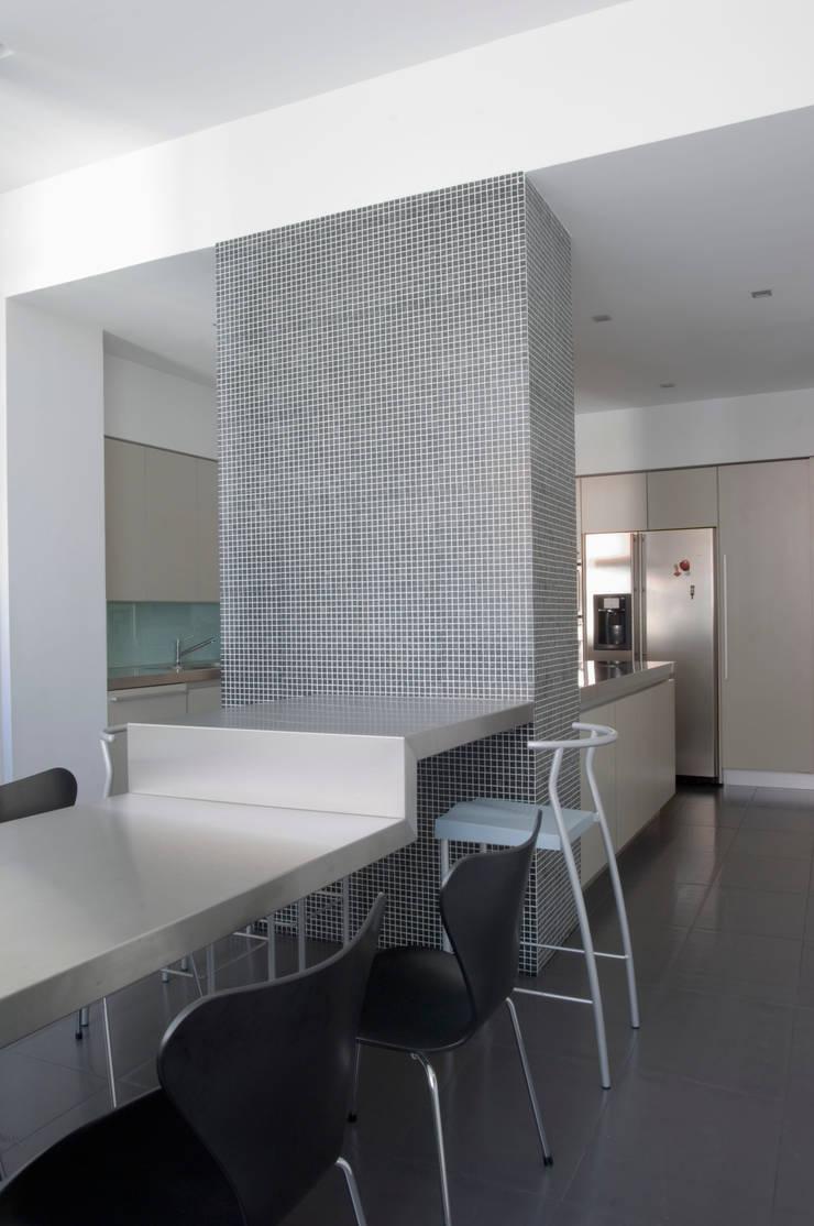 Casa JCSP_7: Cozinhas  por XYZ Arquitectos Associados