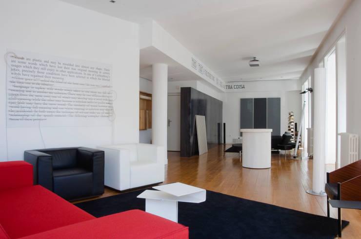 Casa JCSP_8: Salas de estar  por XYZ Arquitectos Associados