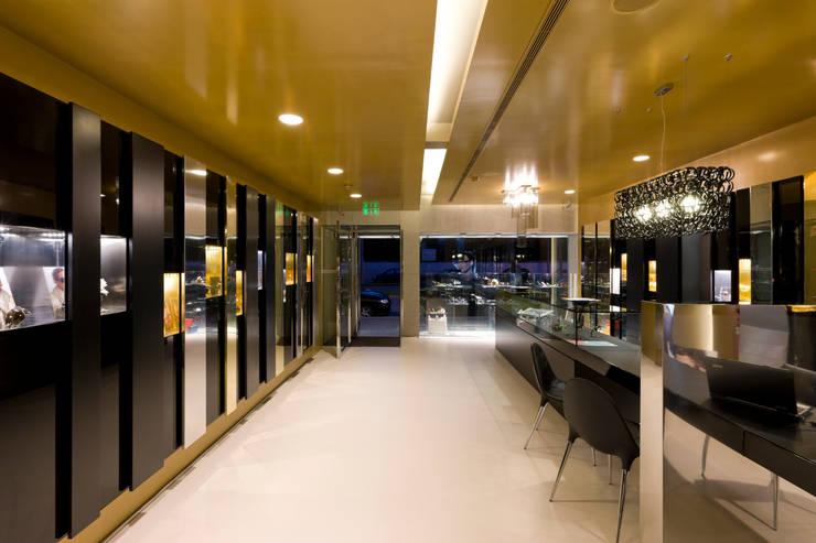 OMR_SH_2: Lojas e espaços comerciais  por XYZ Arquitectos Associados