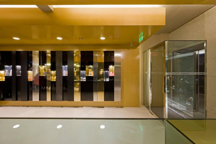 OMR_SH_5: Lojas e espaços comerciais  por XYZ Arquitectos Associados