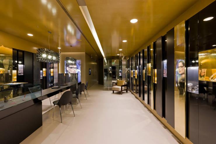 OMR_SH_8: Lojas e espaços comerciais  por XYZ Arquitectos Associados