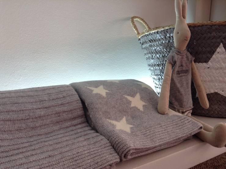 Mantas de lã com estrelas: Quarto  por Pau de Giz, artigos para criança, lda