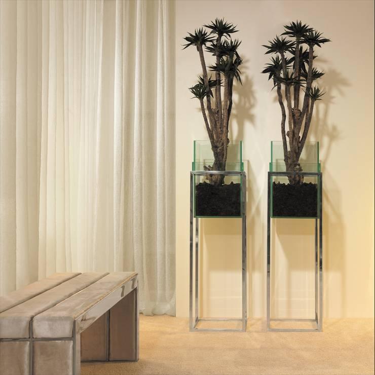 Peças decorativas Decorative products www.intense-mobiliario.com Danny http://intense-mobiliario.com/product.php?id_product=3304: Corredor, hall e escadas  por Intense mobiliário e interiores;