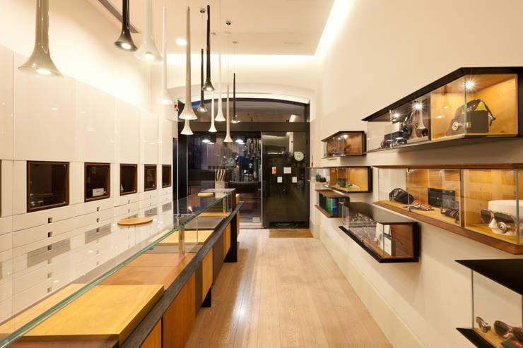 Óptica do Bolhão_1: Lojas e espaços comerciais  por XYZ Arquitectos Associados