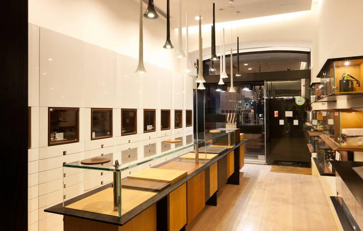 Óptica do Bolhão_3: Lojas e espaços comerciais  por XYZ Arquitectos Associados