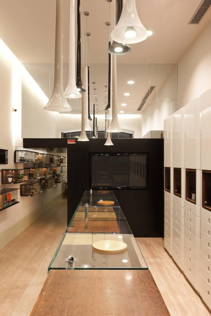Óptica do Bolhão_7: Lojas e espaços comerciais  por XYZ Arquitectos Associados